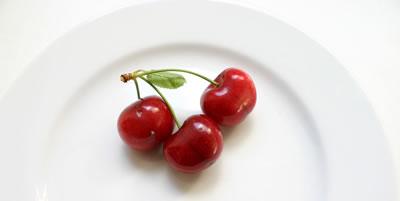 Cerezas en plato